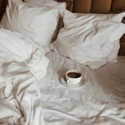 Mi primer café ☕️   Me gusta aquí , en mi cama … donde ordeno mis pensamientos y organizo el día … Hoy martes vamos a darlo todo a qué si ? 🤪  Y vosotras dónde tomáis ese primer café ?   Feliz martes 🥰